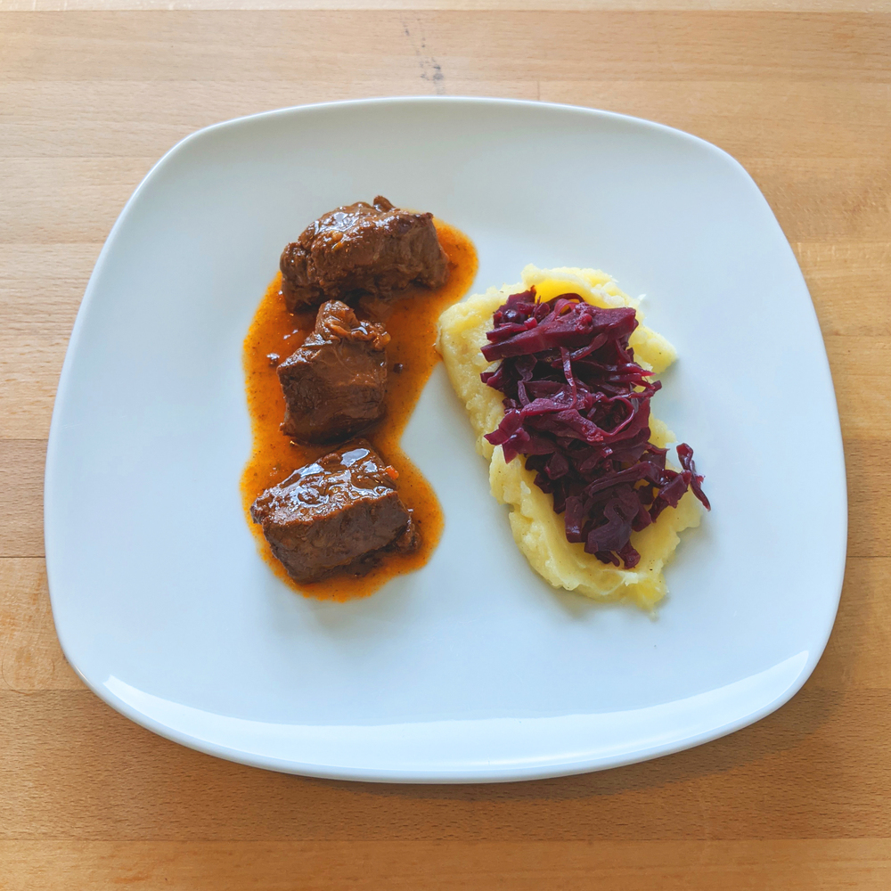 Beef goulash with red cabbage and mashed potatoes